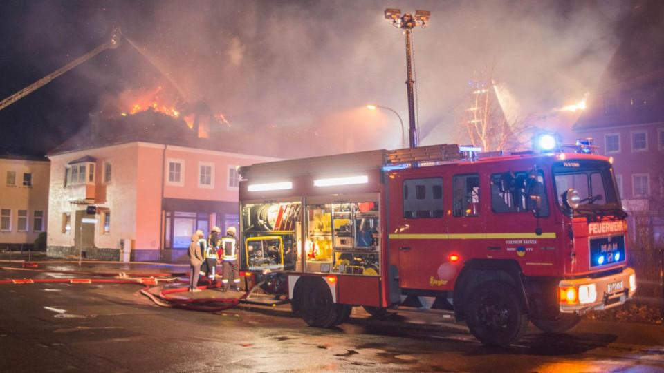 Feuer in künftiger Flüchtlingsunterkunft - Feuerwehr-Arbeit behindert
