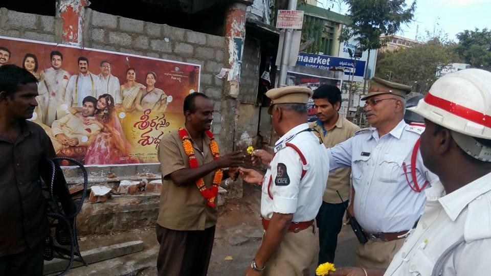 Mit einer freundlichen Blumen-Aktion richtet sich die Polizei an Männer, die im Freien pinkeln.