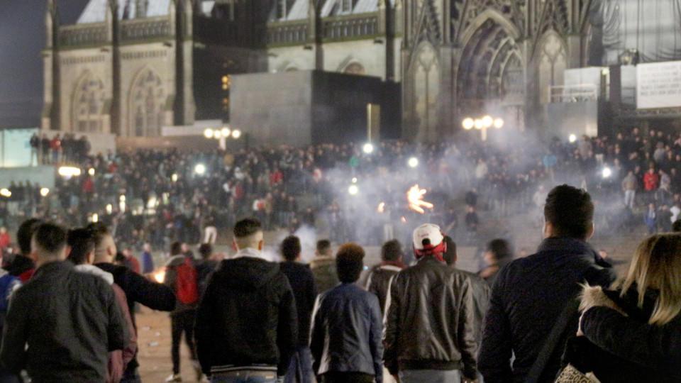 ARCHIV - Zahlreiche Menschen sind am 31.12.2015 in Köln (Nordrhein-Westfalen) auf dem Vorplatz des Hauptbahnhofs zu sehen. Die Frage ist alt, die Antwort nicht einfach: Sollen Medien Angaben zur Herkunftoder Religion von Straftätern machen? Eine Ori