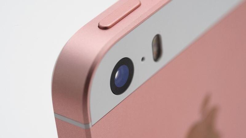 Im Inneren des iPhone SE steckt weitgehend die gleiche Technik wie im aktuellen 6s. Auch die Kamera wurde übernommen. Foto:Andrea Warnecke