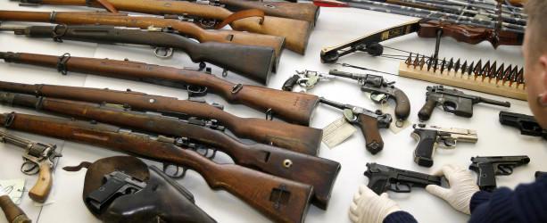 ARCHIV- Ein Mitarbeiter des Bayerischen Landeskriminalamtes zeigt am Mittwoch (29.11.2006) in München (Oberbayern) zahlreiche Waffen, die die Polizei bei einer großangelegten Durchsuchungsaktion bei den Mitgliedern einer rechtsextremistischen Gruppi