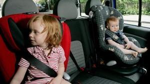 Die drei Jahre alte Hannah (l) und ihre 11 Monate alte Schwester Felicia sitzen am Mittwoch (23.05.2007) in ihren Kindersitzen in einem Auto in München (Oberbayern) - Illustration. Am Donnerstag (24.05.2007) gibt der ADAC in München die Ergebnisse se