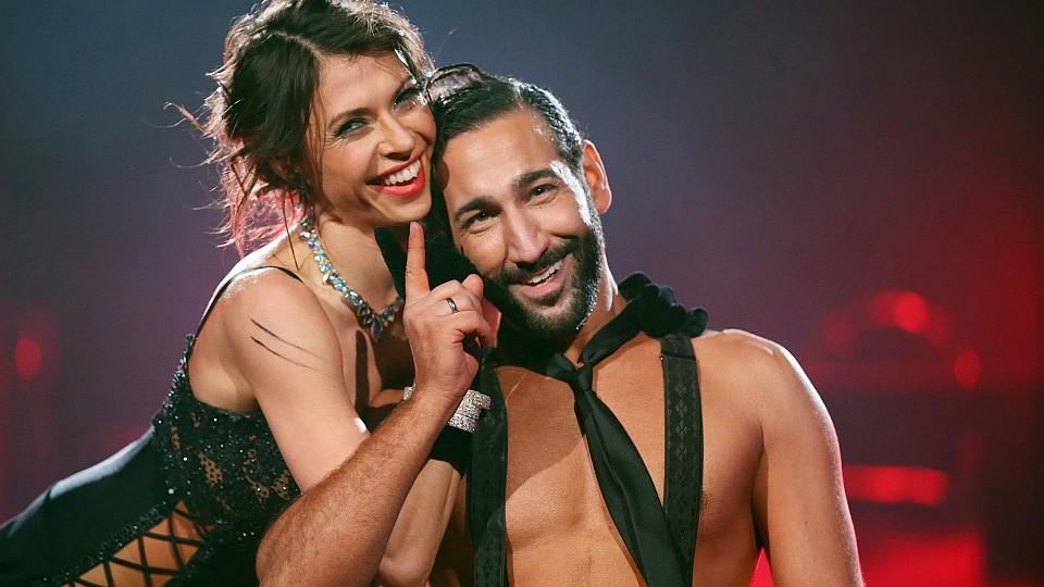 Jana Pallaske und Massimo Sinató sorgen mit ihrem Slowfox für Standing Ovations