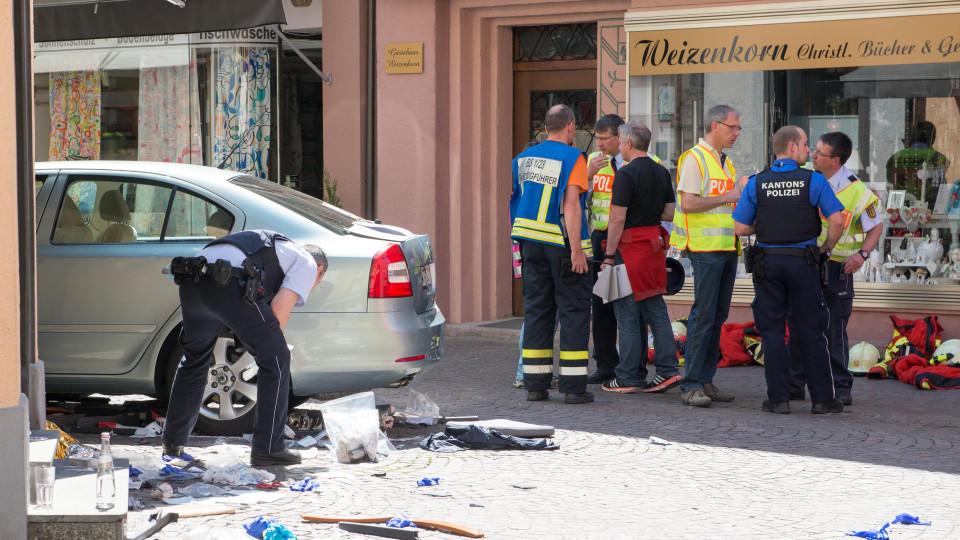 Ein Polizist inspiziert das mutmaßliche Unfallauto am 07.05.2016 in der Fußgängerzone von Bad Säckingen (Baden-Württemberg). Ein 84 Jahre alter Mann war dort am Samstagmittag mit seinem Auto mitten in der Innenstadt in eine Menschenmenge vor einem Ca