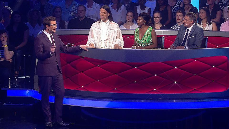 """Moderator Daniel Hartwich erklärt die Abstimmungsregeln bei """"Let's Dance""""."""