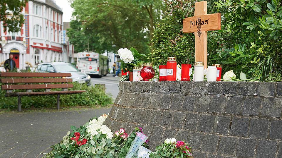 Ein Kreuz steht am 13.05.2016 in Bonn (Nordrhein-Westfalen) an der Stelle, an der der nun verstobene Niklas P. (17) am 07.05.2016 von bisher unbekannten Schlägern attackiert wurde. Der Jugendliche war nach einem Konzertbesuch mit Freunden auf dem Weg
