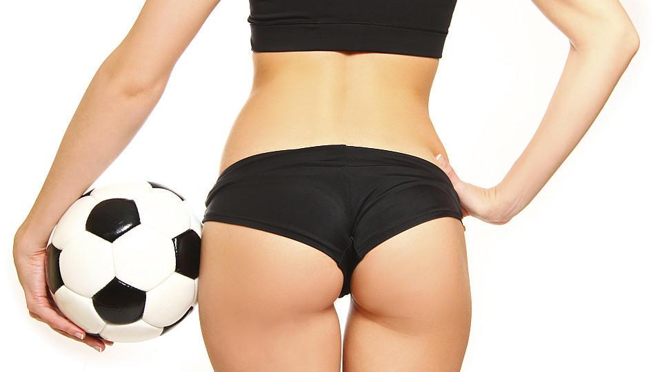 Knapp bekleidete Frauen - so wird das Thema Fußball sexy beworben.