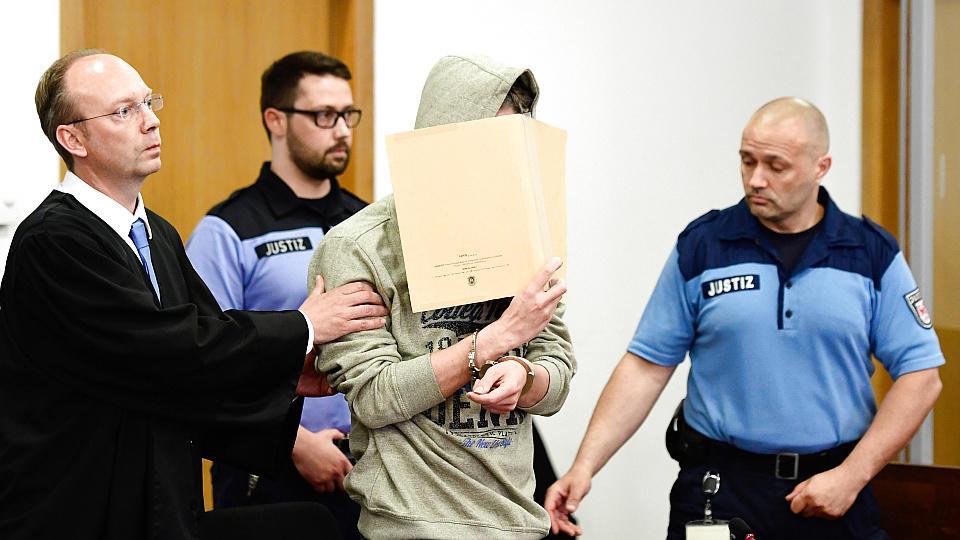 Angeklagter Silvio S. wird in den Gerichtssaal geführt