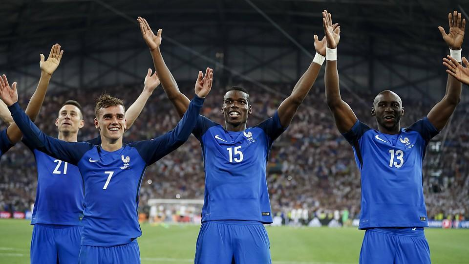 Nach dem 2:0-Erfolg über die DFB-Elf jubelten die Franzosen auf isländische Art und Weise - was den Fußball-Zwergen gar nicht schmeckt.