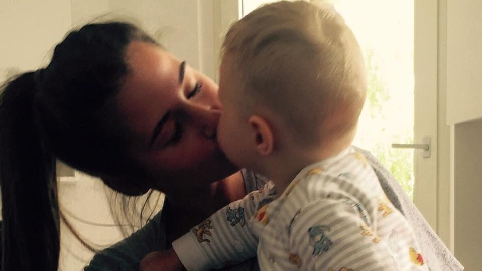 Sarah Lombardi küsst ihren Sohn Alessio vorm Schlafengehen