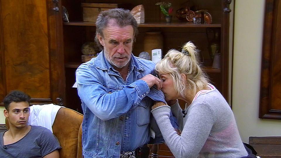 """René Weller sorgt für Zoff im """"Sommerhaus der Stars"""", denn seine Jacke stinkt."""