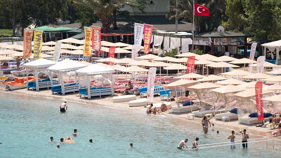 """Nur wenige Touristen sind am 20.07.2016 an einem Badestrand in Kemer, Türkei, zu sehen. Foto: Marius Becker/dpa (zu dpa-Reportage """"Der Konflikt, die Touristen - Weit weg vom türkischen Traumurlaub"""" vom 21.07.2016) +++(c) dpa - Bildfunk+++"""