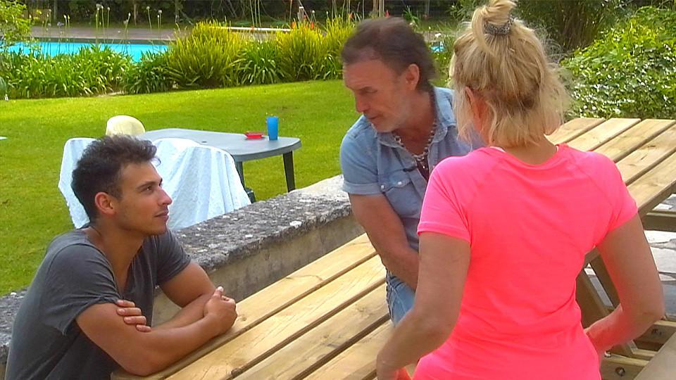 Maria Weller rät ihrem Mann René, sich die Spiele besser erklären zu lassen.