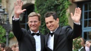 Außenminister Guido Westerwelle und sein Lebensgefährte Michael Mronz 2009 bei der Eröffnung der Bayreuther Festspiele.