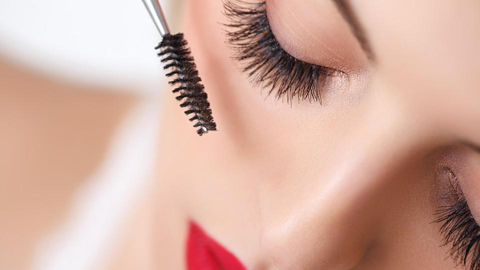 Können Volumen-Mascaras ihre Versprechen halten? Stiftung Warentest hat 13 Produkte getestet.