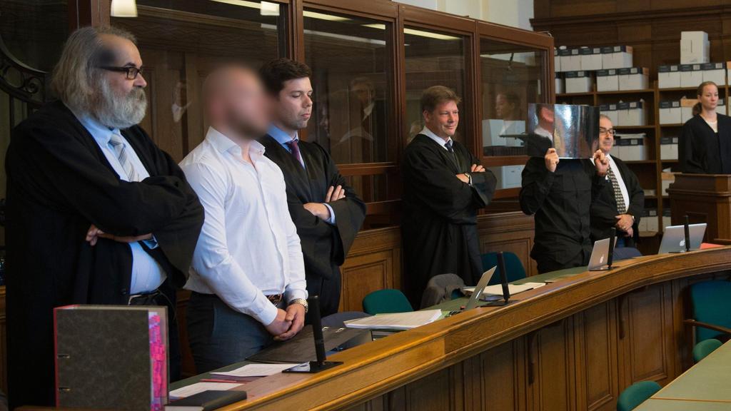 Die wegen Mordes angeklagten Marvin N. (2.v.l.) und Hamdi H. (5.v.l.) stehen am 08.09.2016 in Berlin in einem Verhandlungssaal des Kriminalgerichts in Moabit. Die beiden Angeklagten sollen bei einem illegalen Autorennen auf einer zweispurigen Geschäf
