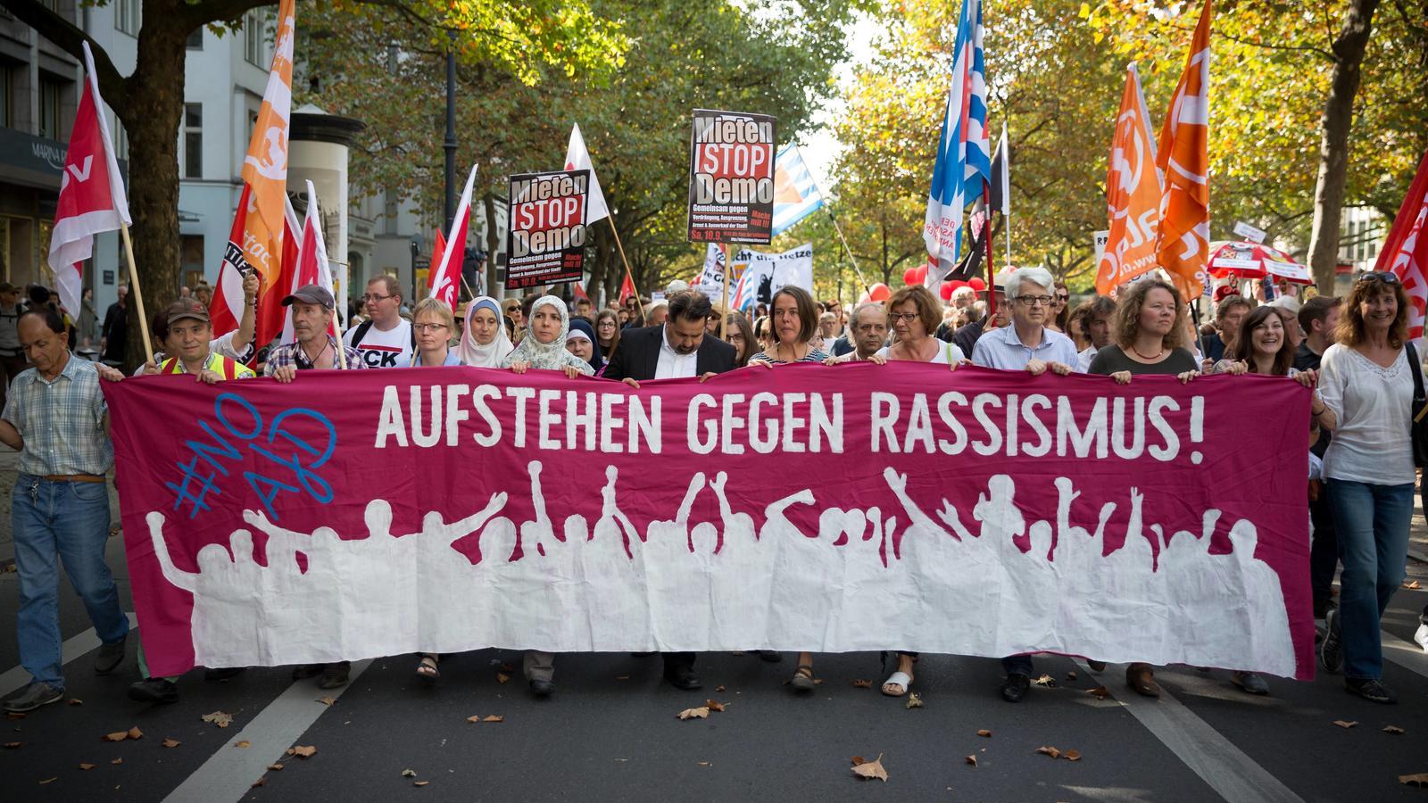 Demo Aufstehen gegen Rassismus Mehrere tausend Menschen beteiligen sich in Berlin an einer Demonstra