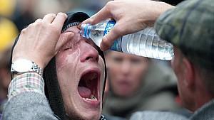 Ein Gegner des Bahnprojekts Stuttgart 21 lässt sich am Donnerstag (30.09.2010) in Stuttgart im Schlossgarten nach einem Pfefferspray-Einsatz der Polizei die Augen mit Wasser auswaschen. Mit einem Großaufgebot hat die Polizei am damit begonnen, einen