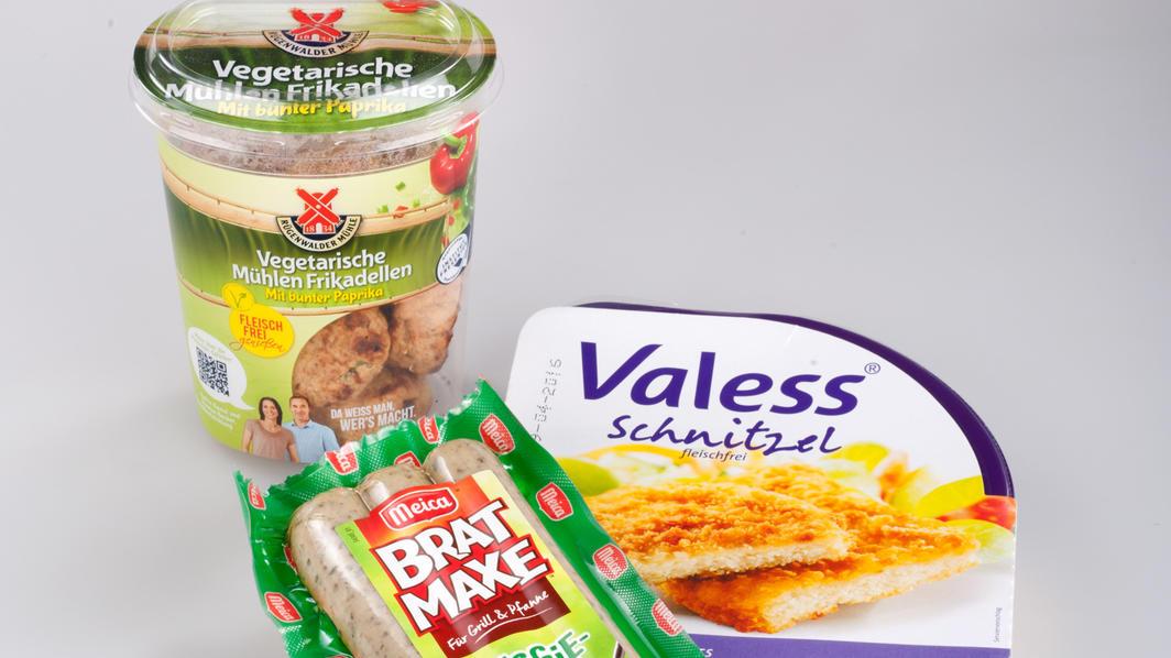 Schnitzel, Frikadellen und Bratwürstchen ohne Fleisch - wie gesund sind solche Ersatzprodukte? Das hat die Stiftung Warentest untersucht. Die drei Produkte im Bild schnitten mit 'gut' ab.