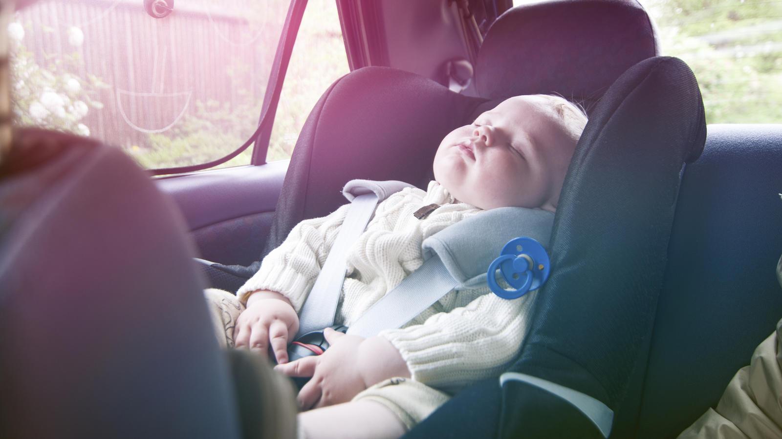 In Italien soll ein Warnsystem in Zukunft verhindern, dass Eltern ihre Kinder im heißen Auto vergessen. (Symbolbild)