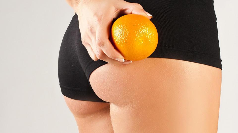 Mit der richtigen Ernährung und ein paar leichten, unterstützenden Übungen kann man Cellulite den Kampf ansagen.