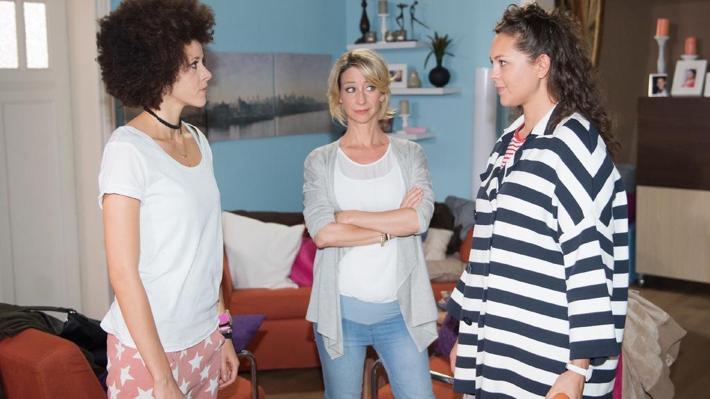 Unter uns: Caro (Ines Kurenbach, r.) trifft im Beisein von Ute (Isabell Hertel, M.) unverhofft auf Micki (Joy Lee Juana Abiola-Müller), die Noch-Ehefrau ihres neuen Freundes.
