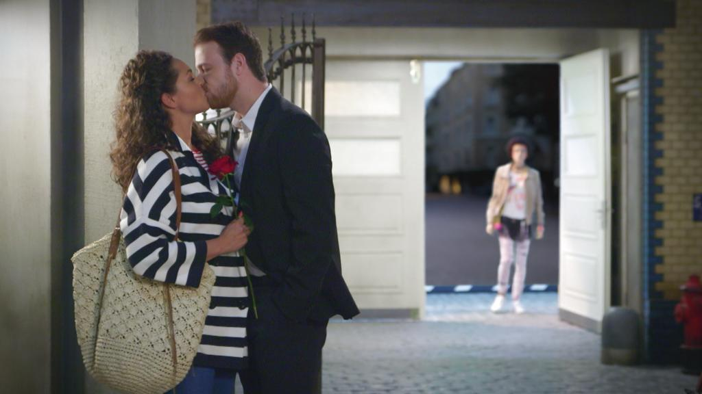 Unter uns: Micki sieht einen Kuss von Caro und Tobias