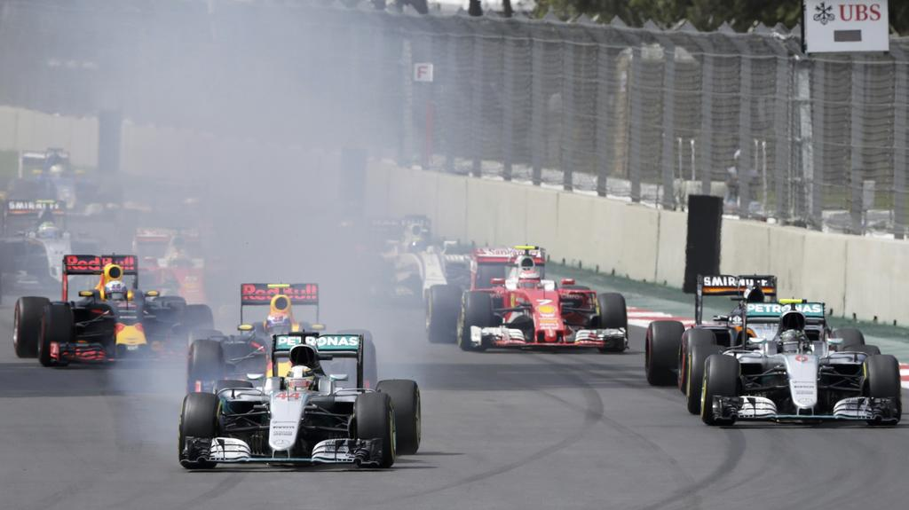 Formula One - F1 - Mexican F1 Grand Prix - Mexico City, Mexico - 30/10/16 - Mercedes' Lewis Hamilton of Britain (44) trails smoke as he leads the pack at the start of the race. REUTERS/Henry Romero