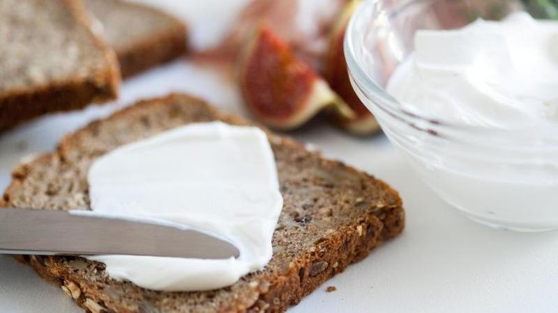 Ziegenfrischkäse hat eine quarkähnliche Konsistenz. Er lässt sich deshalb besonders gut auf dem Brot genießen. Foto:Christin Klose