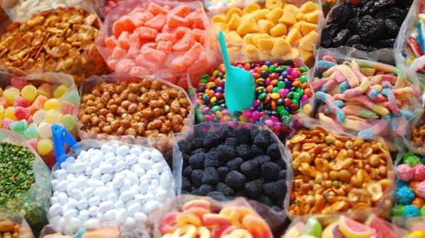 Ein bunter Haufen verschiedener Süßigkeiten