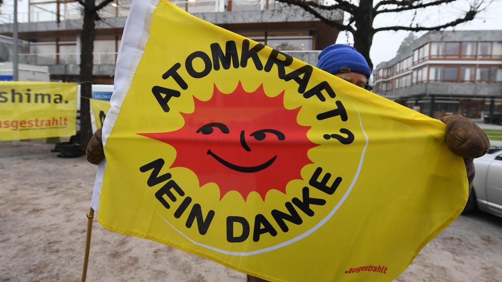 """Vor dem Bundesverfassungsgericht in Karlsruhe (Baden-Württemberg) wird am 06.12.2016 eine Fahne gehalten auf der steht """"Atomkraft? Nein Danke"""". Das Bundesverfassungsgericht hat sein Urteil im Verfahren über den Atomausstieg gesprochen. Laut diesem st"""