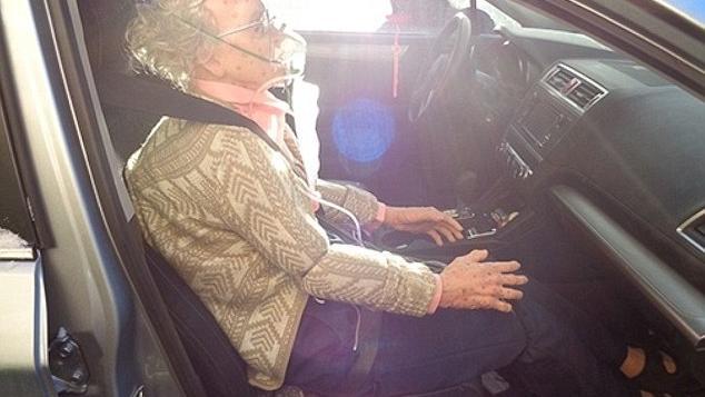 Puppe in Oma-Gestalt auf dem Beifahrersitz eines Autos