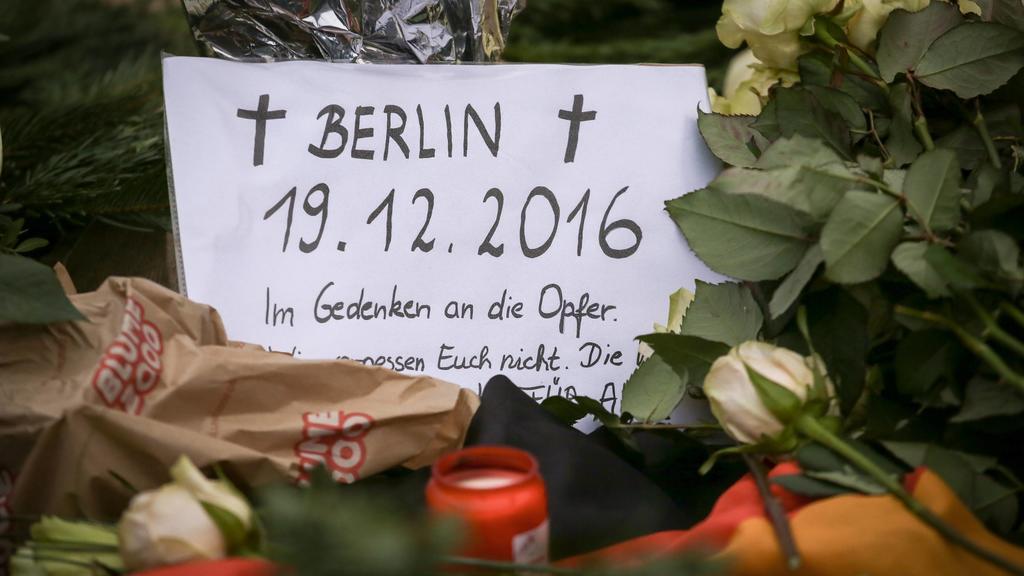 20.12.2016, Berlin, Deutschland, GER, Breitscheidplatz, Weihnachtsmarkt. Trauer um die Opfer. An dieser Stelle fuhr ein LKW am gestrigen Abend in eine Menschenmenge, 12 Menschen kamen dabei ums Leben. Zahlreiche Menschen liegen verletzt im Krankenhau