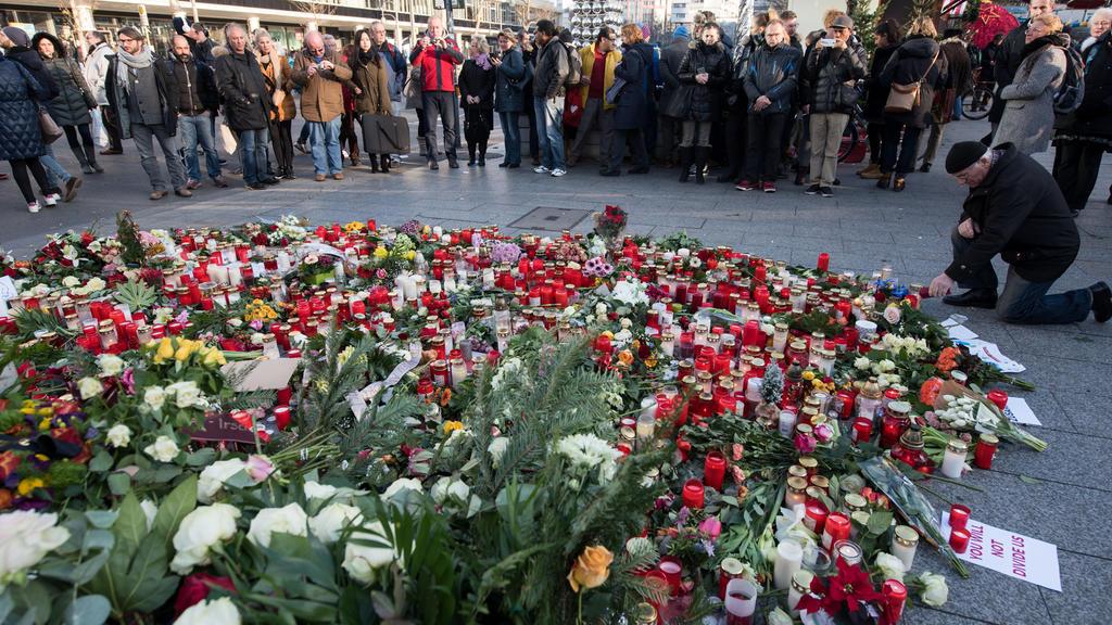 Trauernde legen am 21.12.2016 am Anschlagsort auf dem Weihnachtsmarkt am Breitscheidplatz in Berlin Blumen nieder und zünden Kerzen an. Bei dem Anschlag mit einem Lastwagen auf den Weihnachtsmarkt an der Gedächtniskirche am Montagabend (19.12.2016) i