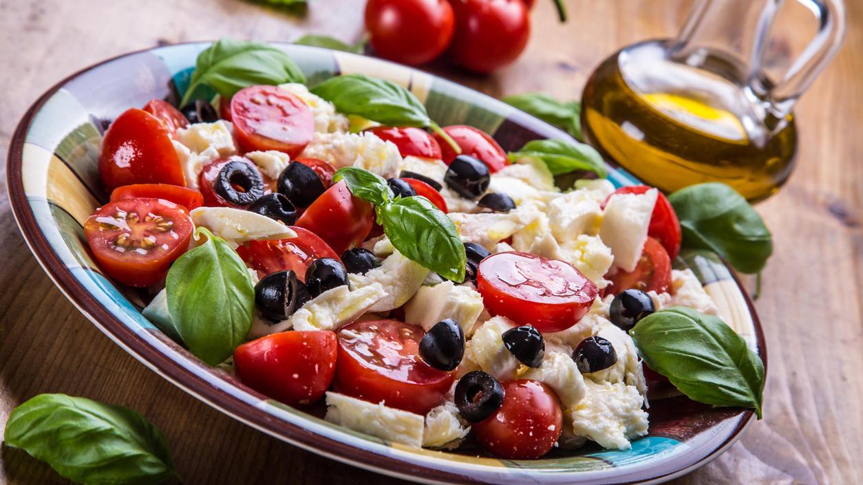 Neben Obst, Gemüse, Fisch, Olivenöl und Rotwein stehen auch leckere mediterrane Salate auf dem Speiseplan der Mittelmeerdiät.