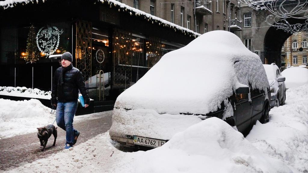 Schnee auf dem Autodach muss entfernt werden.