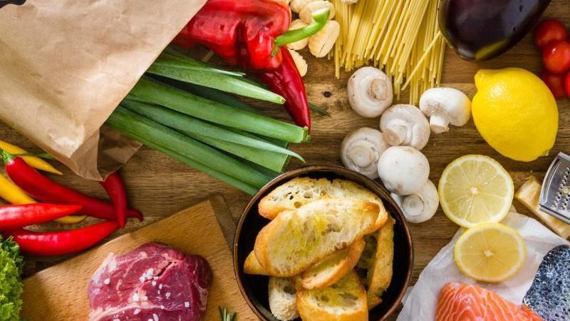 Aus der Kochbox kommt ein bunter Mix aus Lebensmitteln zum Kochen
