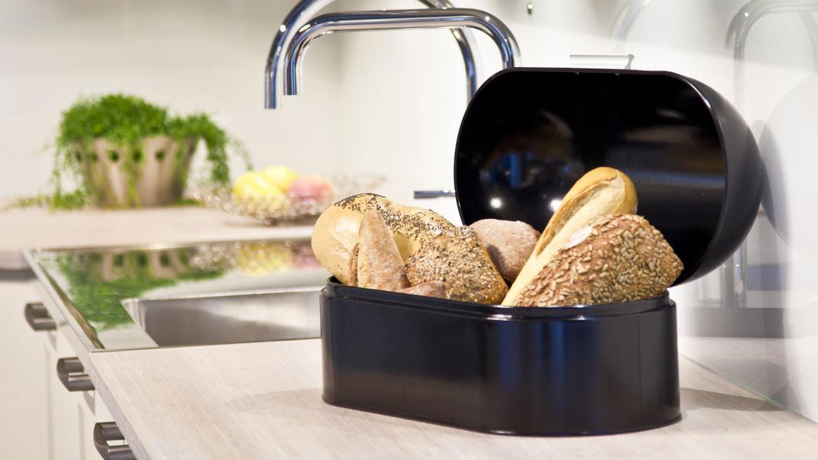 In einem Brotkasten bleiben Brot und Brötchen länger frisch.