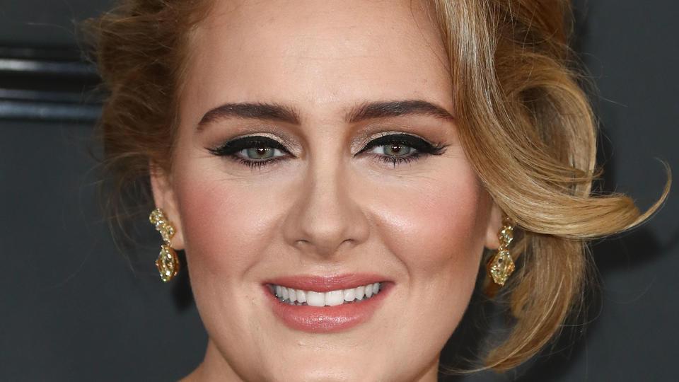 Adele bei den GRAMMY Awards 2017. Damals hatte sie einige Kilos mehr auf den Hüften.