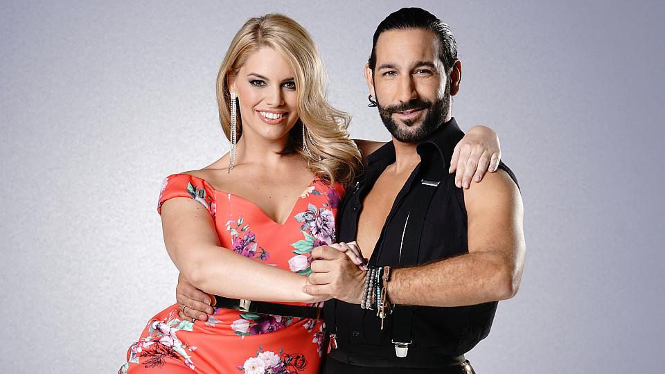 """Das Curvy-Model Angelina Kirsch schwingt bei """"Let's Dance"""" das Tanzbein mit Profitänzer Massimo Sinató. Sie belegen den dritten Platz in der Jubiläumsstaffel."""