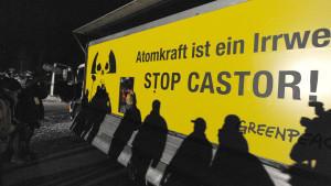 Ein LKW der Umweltschutzorganisation Greenpeace behindert den Castor-Transport