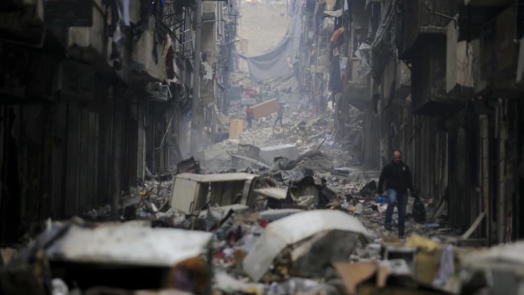 ARCHIV- Das am 20.01.2017 aufgenommene Foto zeigt Menschen, die im östlichen Stadtteil Salaheddine in der vom Krieg zerstörten Stadt Aleppo (Syrien) unterwegs sind.  Am 14.03.2017 beginnt in der kasachischen Hauptstadt Astana eine neue Runde der Syr