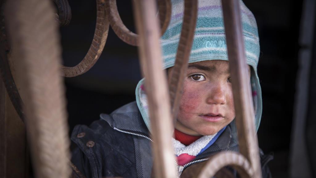 Ein syrisches Kind, aufgenommen am 19.02.2017 in Tel Abiad (Syrien) in einer verlassenen Tankstelle, in der es mit seiner Familie lebt. Derzeit leben fünf Familien in der vom Krief zerstörten Tankstelle. Laut «Save the Children» zeigen syri