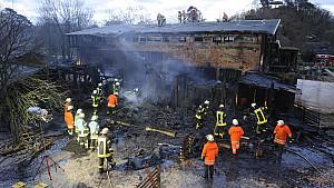 Einsatzkräfte der Feuerwehr löschen am Samstag (13.11.2010) im Karlsruher Zoo das Elefantenhaus. Bei dem Brand sind in der Nacht zum Samstag zahlreiche Tiere ums Leben gekommen. Nach Polizeiangaben war das Feuer aus unbekannter Ursache im Streichelzo