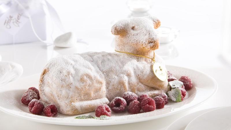 Dem Passahfest wurde früher ein Lamm geopfert, heutzutage genießt man zur Osterzeit ein Osterlamm aus feinem Rührteig