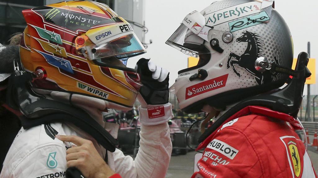Motorsport, Formel-1-Weltmeisterschaft, Grand Prix von China, am 09.04.2017, Shanghai (China). Der britische Mercedes-Pilot Lewis Hamilton (l) wird nach seinem Sieg vom zweitplatzierten Deutschen SebastianVettel beglückwünscht. Foto: Toru Takahashi/