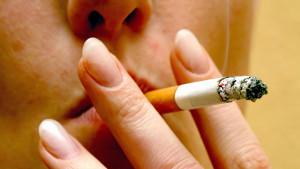 ARCHIV - Eine junge Frau raucht eine Zigarette (Archivfoto vom 12.12.2005). Bestimmte Genveränderungen erhöhen das Risiko, zum Raucher zu werden. Sie lassen Menschen leichter und früher zur Zigarette greifen, wie Forscher der Universitäten Bonn und H