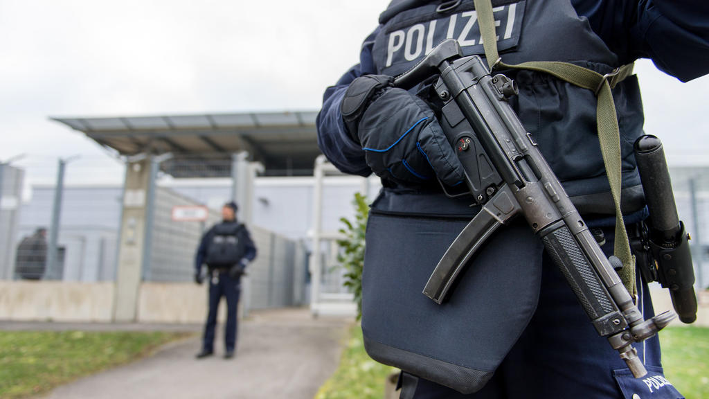 ARCHIV- Bewaffnete Polizisten sichern am 20.01.2016 in Düsseldorf (Nordrhein-Westfalen) das Gebäude des Oberlandesgerichtes. Vor dem Oberlandesgericht Düsseldorf beginnt am Montag ein Prozess gegen ein mutmaßliches Mitglied der Terrormiliz Islamisch