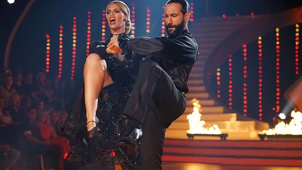 """Angelina Kirsch und Massimo Sinató berühren mit ihrem Tango in der sechsten """"Let's Dance""""-Liveshow."""
