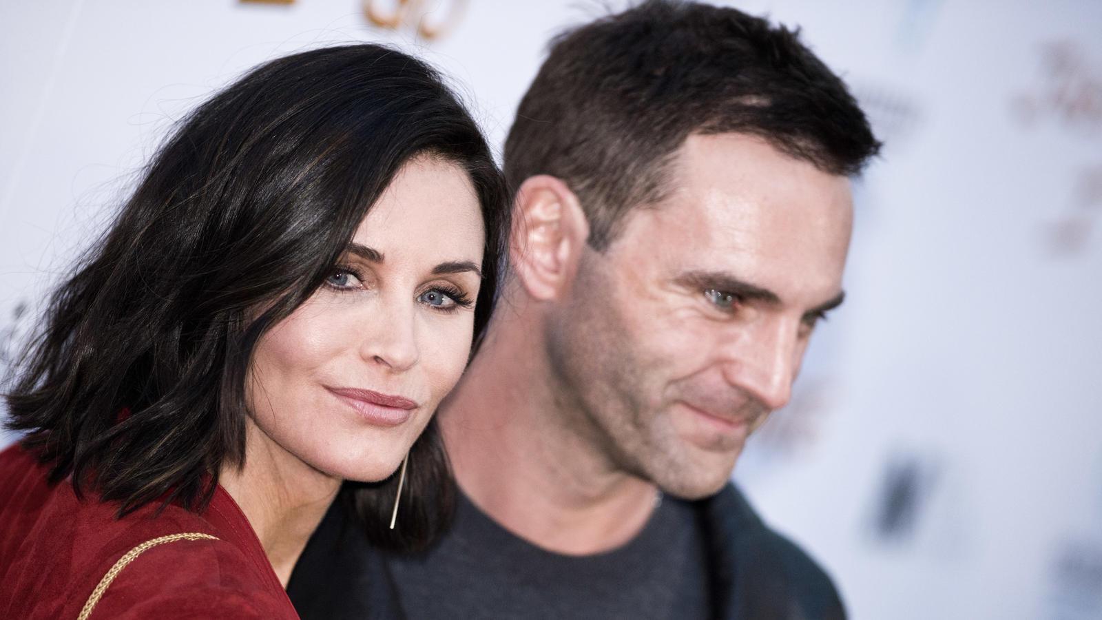 Courteney Cox und ihr Verlobter Johnny McDaid sind wegen den Corona-Einreisebestimmungen seit März 2020 räumlich voneinander getrennt.